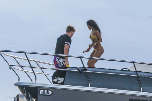 Рианна отдыхает на яхте в Рио-де-Жанейро: rihanna-141_Starbeat.ru