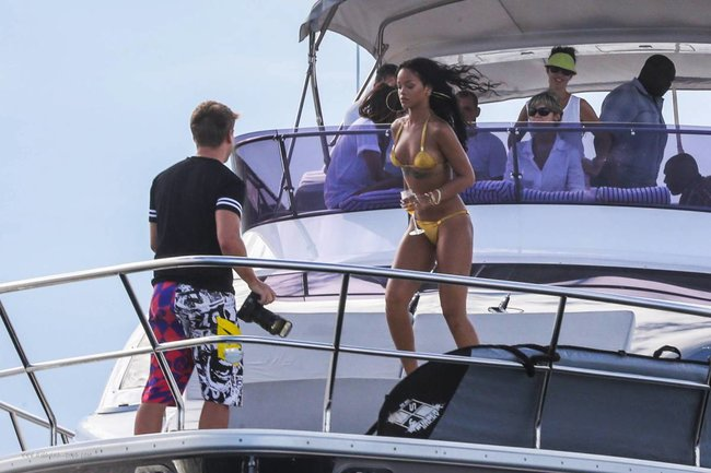 Рианна отдыхает на яхте в Рио-де-Жанейро: rihanna-161_Starbeat.ru