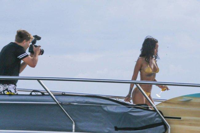 Рианна отдыхает на яхте в Рио-де-Жанейро: rihanna-181_Starbeat.ru
