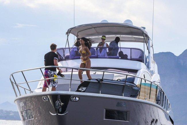 Рианна отдыхает на яхте в Рио-де-Жанейро: rihanna-191_Starbeat.ru