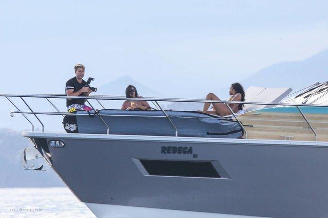 Рианна отдыхает на яхте в Рио-де-Жанейро: rihanna-211_Starbeat.ru