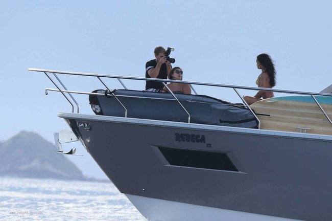 Рианна отдыхает на яхте в Рио-де-Жанейро: rihanna-33_Starbeat.ru