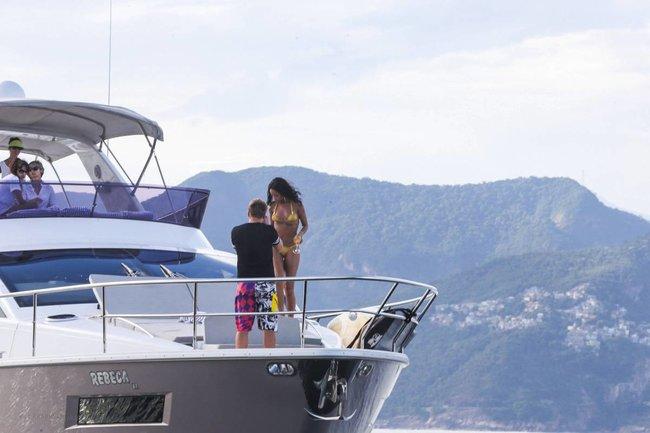 Рианна отдыхает на яхте в Рио-де-Жанейро: rihanna-62_Starbeat.ru