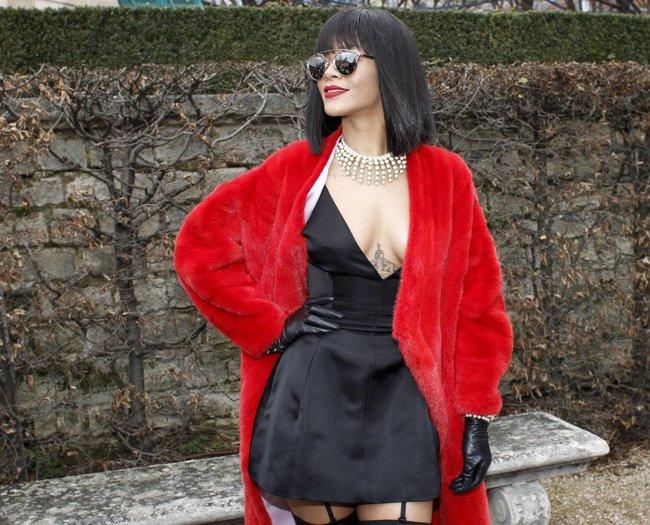 Модный показ «Christian Dior» в Париже посетила Рианна: rihanna-25_Starbeat.ru