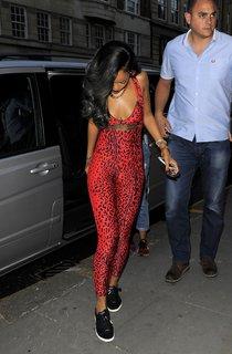 Рианна в ярко-красном кэтсьюте направляется в бутик Роберто Кавалли: rihanna---in-a-red-catsuit--01_Starbeat.ru