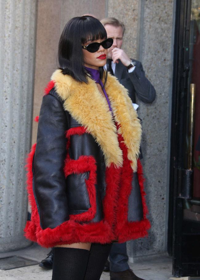 Рианна посетила модный показ «Miu Miu» в Париже: rihanna-miu-miu-fashion-show-in-paris--02_Starbeat.ru