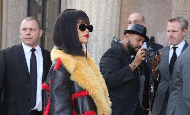 Рианна посетила модный показ «Miu Miu» в Париже: rihanna-miu-miu-fashion-show-in-paris--03_Starbeat.ru