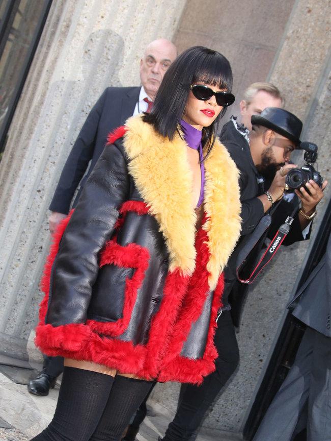 Рианна посетила модный показ «Miu Miu» в Париже: rihanna-miu-miu-fashion-show-in-paris--04_Starbeat.ru