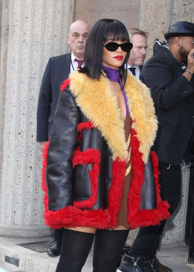 Рианна посетила модный показ «Miu Miu» в Париже: rihanna-miu-miu-fashion-show-in-paris--05_Starbeat.ru