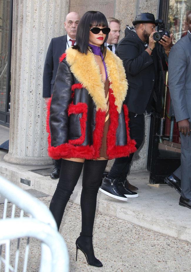 Рианна посетила модный показ «Miu Miu» в Париже: rihanna-miu-miu-fashion-show-in-paris--06_Starbeat.ru