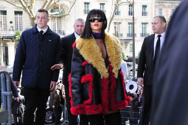 Рианна посетила модный показ «Miu Miu» в Париже: rihanna-miu-miu-fashion-show-in-paris--07_Starbeat.ru