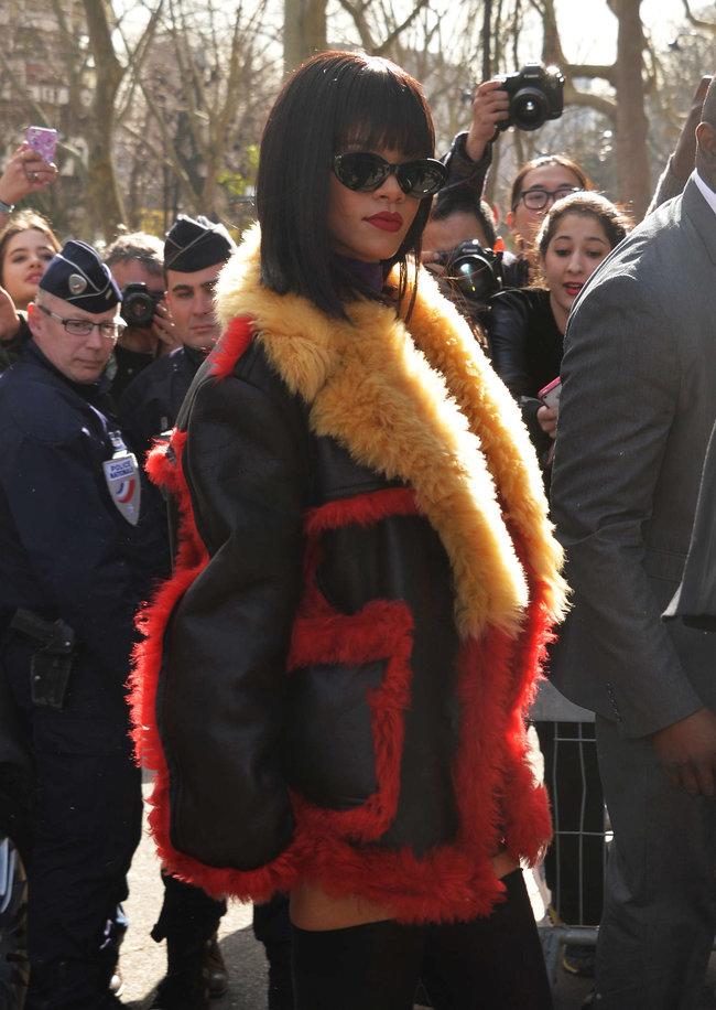 Рианна посетила модный показ «Miu Miu» в Париже: rihanna-miu-miu-fashion-show-in-paris--08_Starbeat.ru