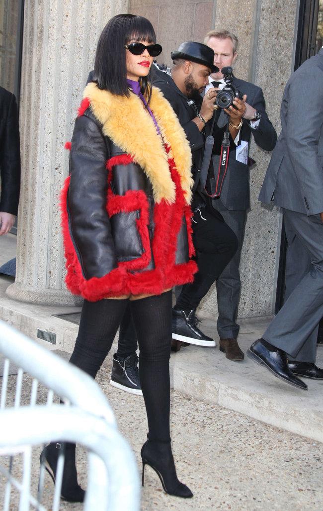 Рианна посетила модный показ «Miu Miu» в Париже: rihanna-miu-miu-fashion-show-in-paris--09_Starbeat.ru