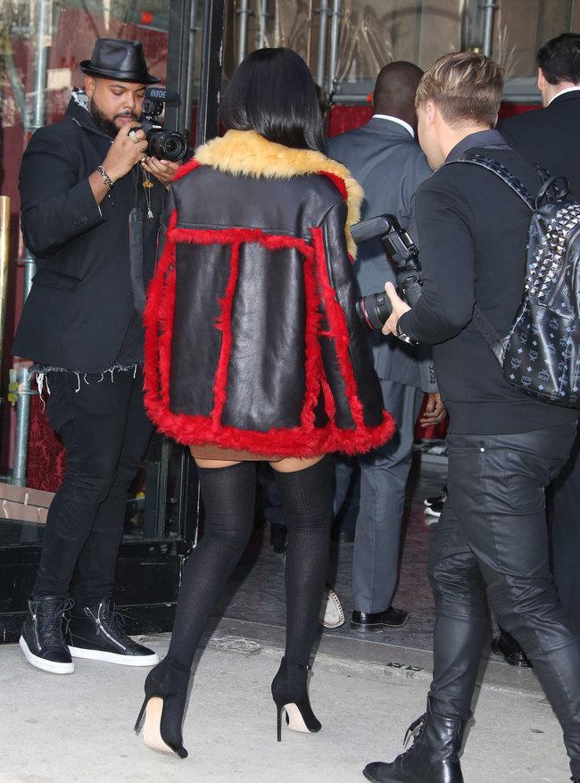 Рианна посетила модный показ «Miu Miu» в Париже: rihanna-miu-miu-fashion-show-in-paris--10_Starbeat.ru