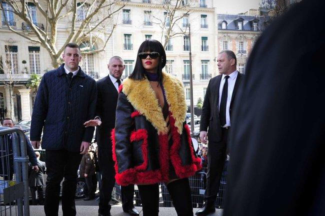 Рианна посетила модный показ «Miu Miu» в Париже: rihanna-miu-miu-fashion-show-in-paris--11_Starbeat.ru