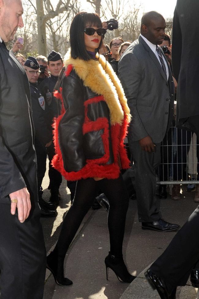 Рианна посетила модный показ «Miu Miu» в Париже: rihanna-miu-miu-fashion-show-in-paris--12_Starbeat.ru