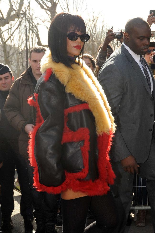 Рианна посетила модный показ «Miu Miu» в Париже: rihanna-miu-miu-fashion-show-in-paris--13_Starbeat.ru