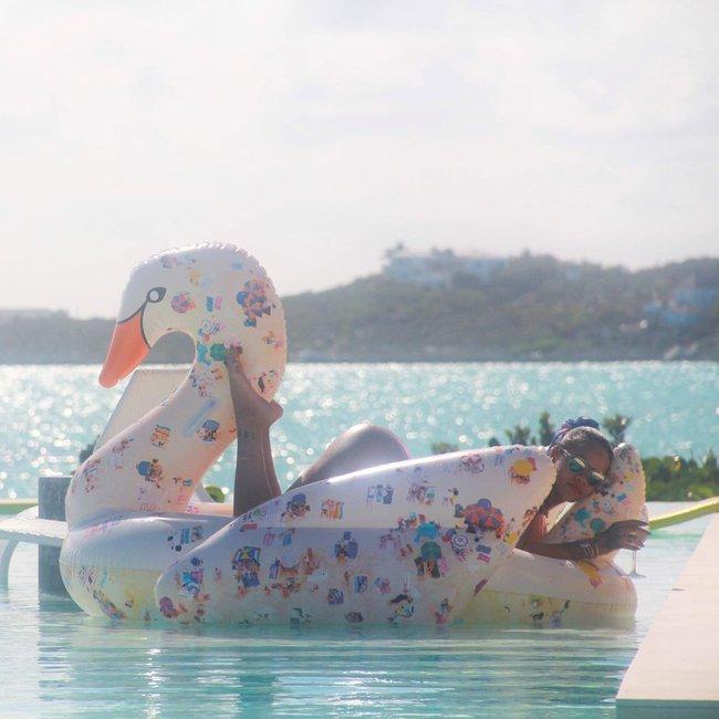 Практически голая Рианна никого не стесняется в Барбадосе: rihanna-10_Starbeat.ru