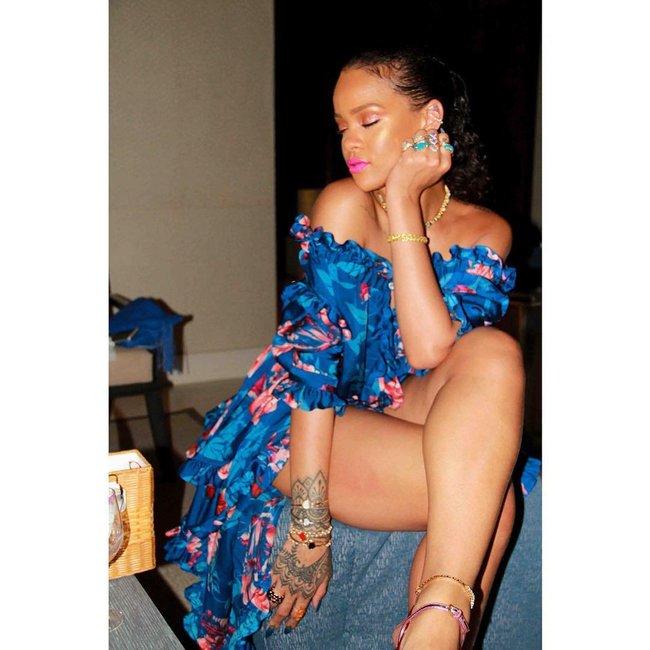 Практически голая Рианна никого не стесняется в Барбадосе: rihanna-14_Starbeat.ru