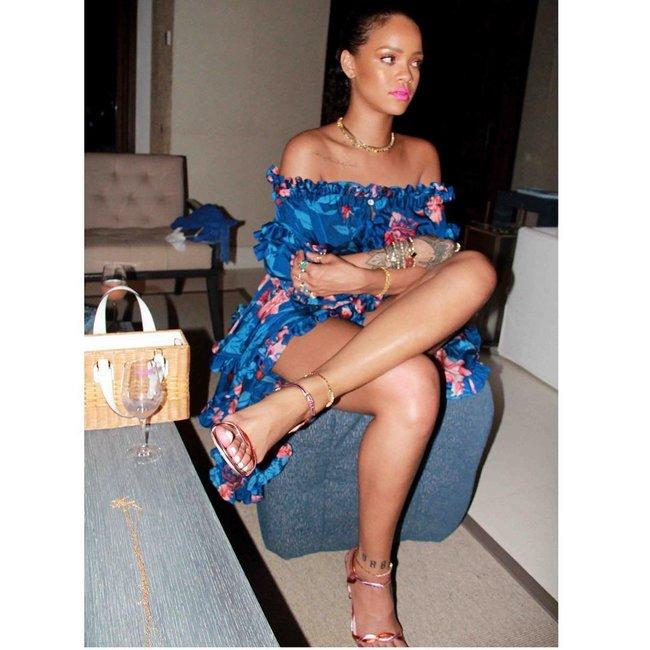 Практически голая Рианна никого не стесняется в Барбадосе: rihanna-15_Starbeat.ru