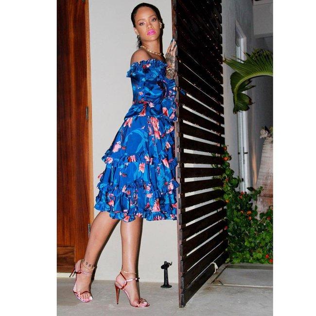 Практически голая Рианна никого не стесняется в Барбадосе: rihanna-16_Starbeat.ru