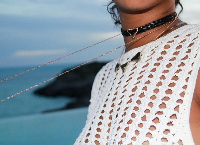 Практически голая Рианна никого не стесняется в Барбадосе: rihanna-19_Starbeat.ru