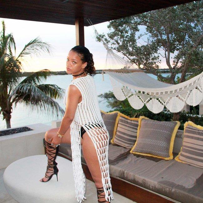 Практически голая Рианна никого не стесняется в Барбадосе: rihanna-20_Starbeat.ru