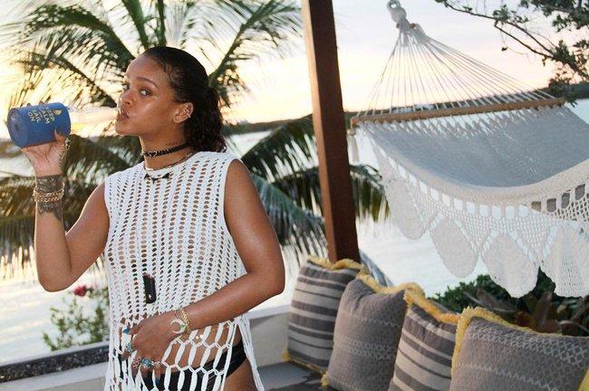 Практически голая Рианна никого не стесняется в Барбадосе: rihanna-22_Starbeat.ru