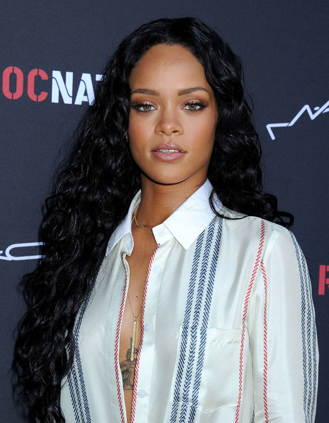 Рианна на званом ужине «Roc Nation»: в преддверии «Грэмми 2014»: rihanna-pictures-2014-pre-grammy-brunch---roc-nation--04_Starbeat.ru