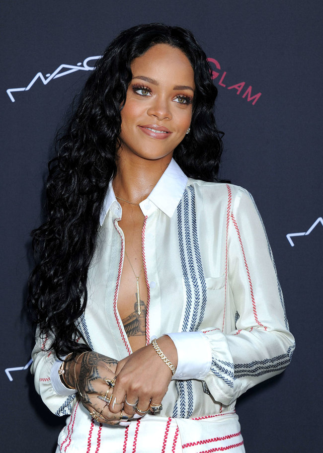 Рианна на званом ужине «Roc Nation»: в преддверии «Грэмми 2014»: rihanna-pictures-2014-pre-grammy-brunch---roc-nation--17_Starbeat.ru