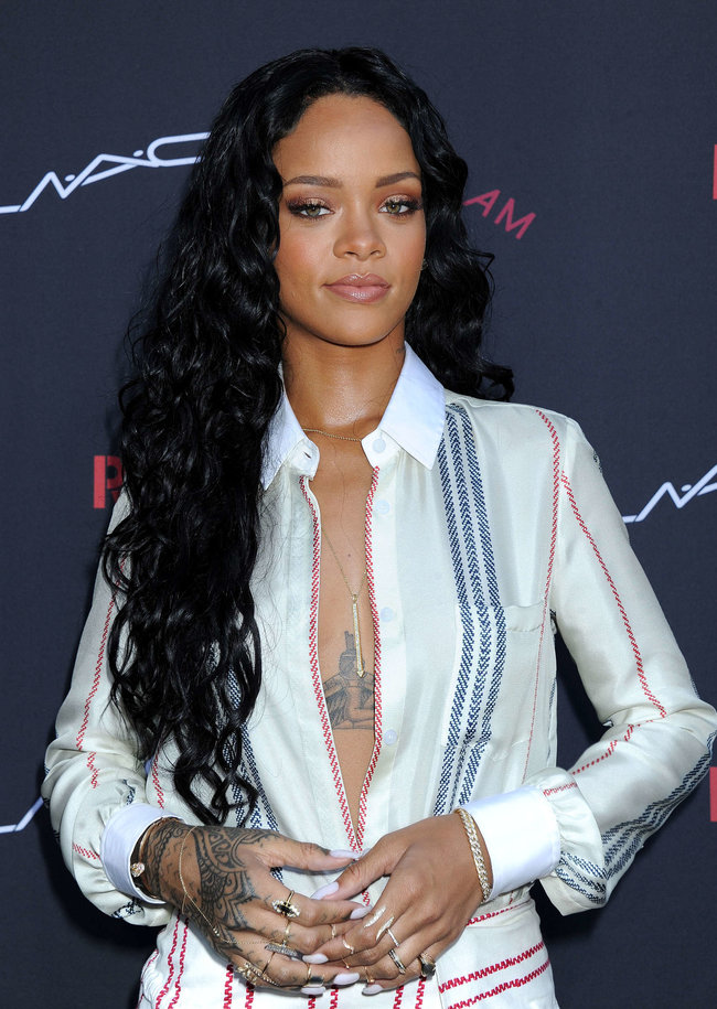 Рианна на званом ужине «Roc Nation»: в преддверии «Грэмми 2014»: rihanna-pictures-2014-pre-grammy-brunch---roc-nation--18_Starbeat.ru