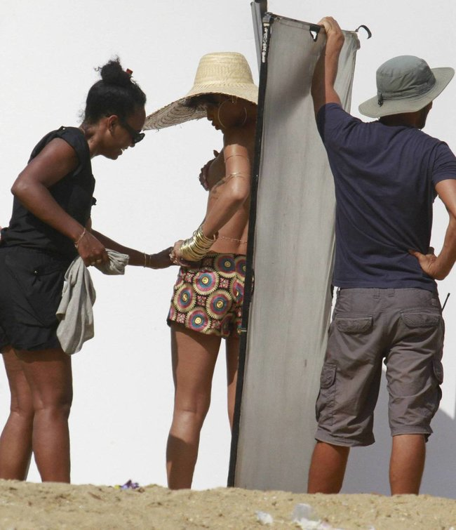 Рианна топлесс: на съемках фотосессии в Бразилии: rihanna-28_Starbeat.ru