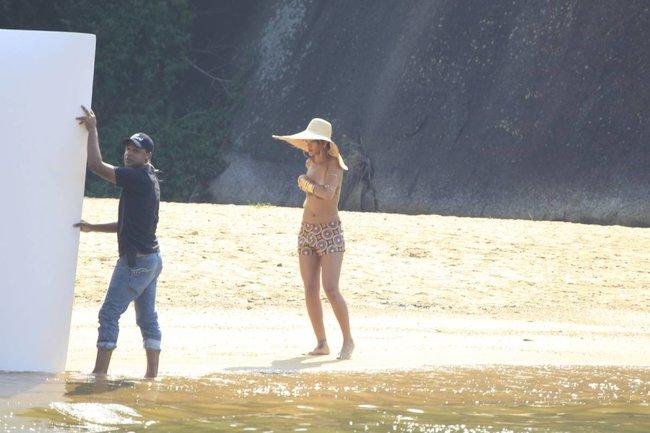 Рианна топлесс: на съемках фотосессии в Бразилии: rihanna-5_Starbeat.ru