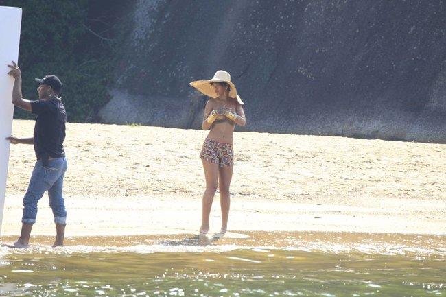 Рианна топлесс: на съемках фотосессии в Бразилии: rihanna-9_Starbeat.ru