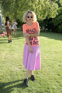 Фестиваль «Coachella»: Рита Ора на вечеринке «Lacoste L!VE»: rita-ora-at-lacoste-live-pool-party-at-coachella--01_Starbeat.ru