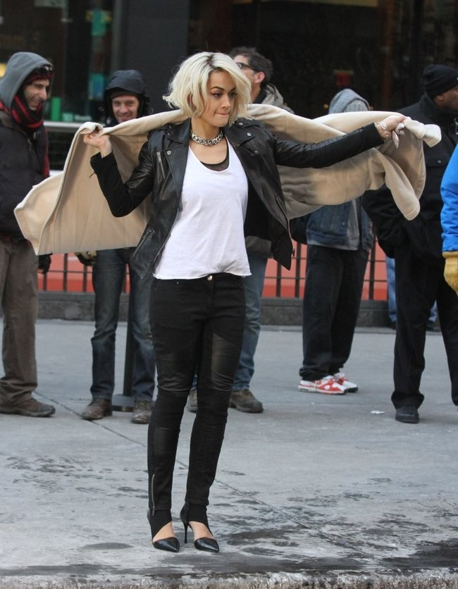 Рита Ора на съемках рекламы для «DKNY» в Нью-Йорке: rita-ora---on-set-of-a-dkny-in-nyc--04_Starbeat.ru