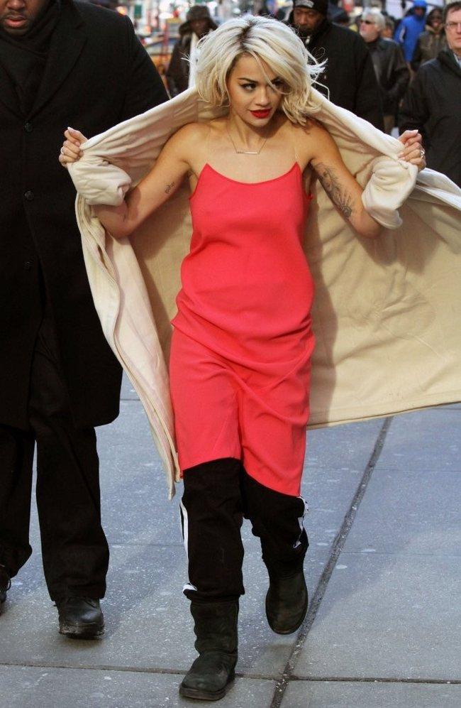 Рита Ора на съемках рекламы для «DKNY» в Нью-Йорке: rita-ora---on-set-of-a-dkny-in-nyc--06_Starbeat.ru