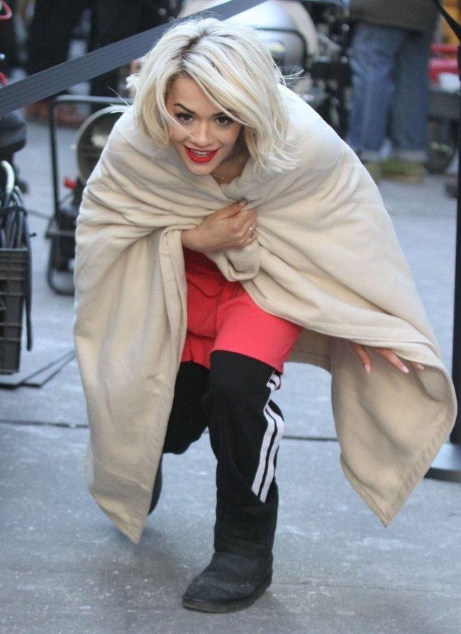 Рита Ора на съемках рекламы для «DKNY» в Нью-Йорке: rita-ora---on-set-of-a-dkny-in-nyc--13_Starbeat.ru