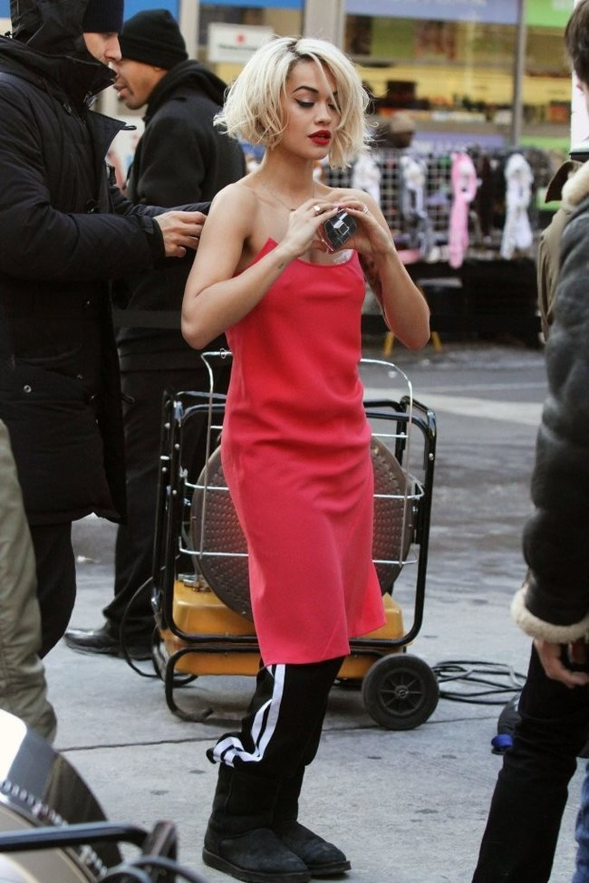 Рита Ора на съемках рекламы для «DKNY» в Нью-Йорке: rita-ora---on-set-of-a-dkny-in-nyc--18_Starbeat.ru