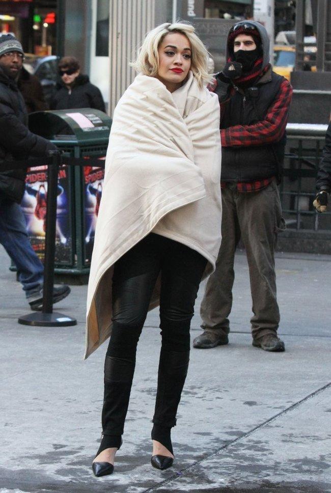 Рита Ора на съемках рекламы для «DKNY» в Нью-Йорке: rita-ora---on-set-of-a-dkny-in-nyc--21_Starbeat.ru