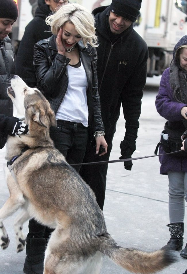 Рита Ора на съемках рекламы для «DKNY» в Нью-Йорке: rita-ora---on-set-of-a-dkny-in-nyc--23_Starbeat.ru