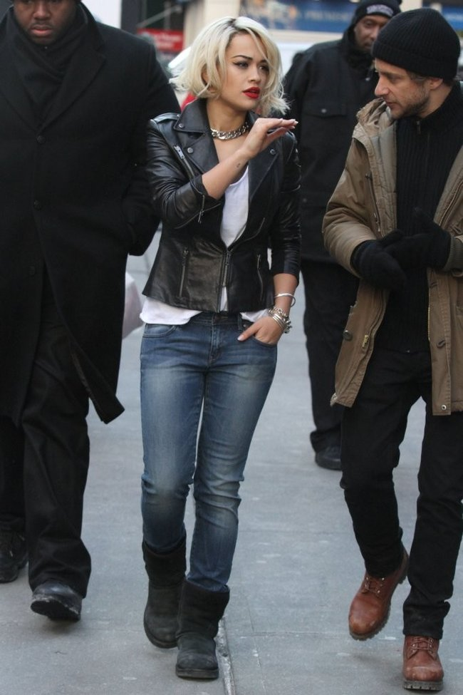 Рита Ора на съемках рекламы для «DKNY» в Нью-Йорке: rita-ora---on-set-of-a-dkny-in-nyc--24_Starbeat.ru