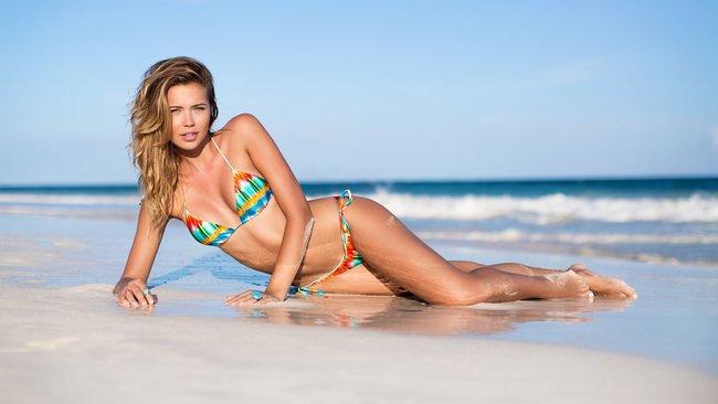 Сандра Кубика шарится по пляжу и рекламирует трусняки «Luli Fama»: sandra-kubicka-19_Starbeat.ru