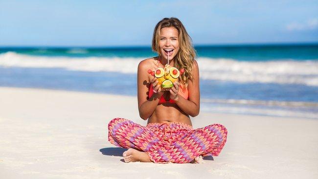 Сандра Кубика шарится по пляжу и рекламирует трусняки «Luli Fama»: sandra-kubicka-3_Starbeat.ru