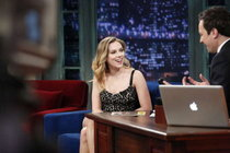 Скарлетт Йоханссон в передаче «Late Night with Jimmy Fallon»: scarlett-johansson-at-late-night-with-jimmy-fallon--01_Starbeat.ru