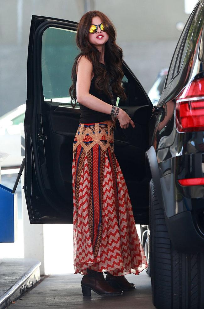 Селена Гомес в наряде от Chevron на заправочной станции, Голливуд: selena-gomez-getting-gas--06_Starbeat.ru