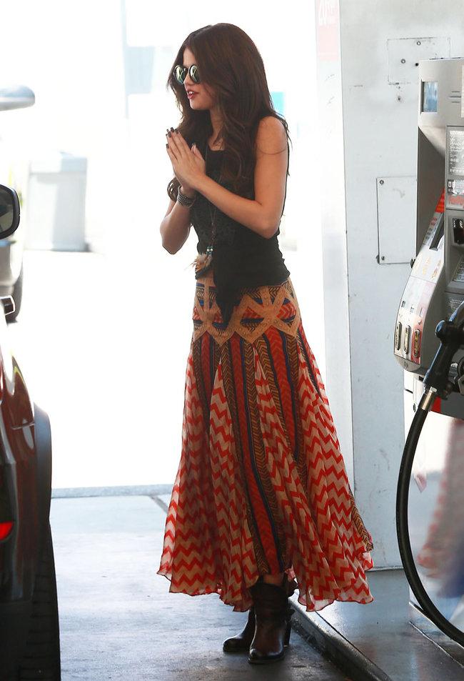 Селена Гомес в наряде от Chevron на заправочной станции, Голливуд: selena-gomez-getting-gas--18_Starbeat.ru