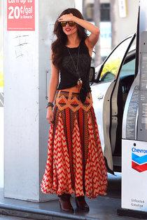 Селена Гомес в наряде от Chevron на заправочной станции, Голливуд: selena-gomez-getting-gas--01_Starbeat.ru