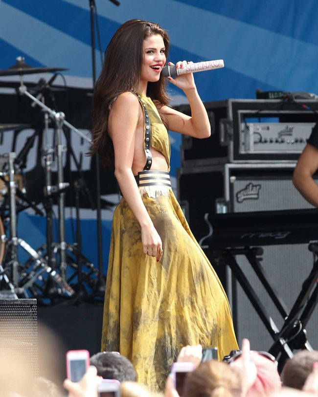 Выступление Селены Гомес в Бостоне: selena-gomez---performing-at-a-radio-station-concert-in-boston--15_Starbeat.ru