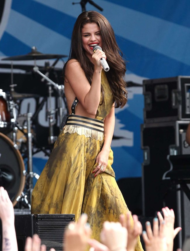 Выступление Селены Гомес в Бостоне: selena-gomez---performing-at-a-radio-station-concert-in-boston--17_Starbeat.ru